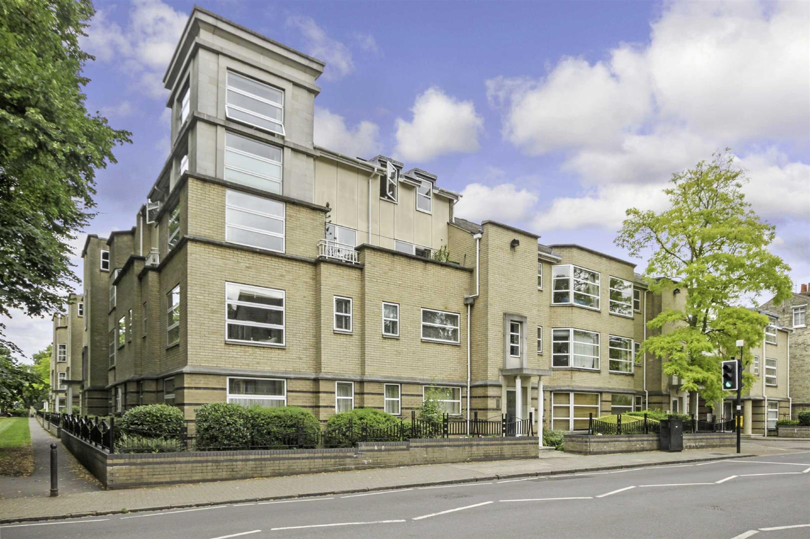 3 Bedrooms Flat for sale in Petersfield Mansions, Mill Road, Cambridge